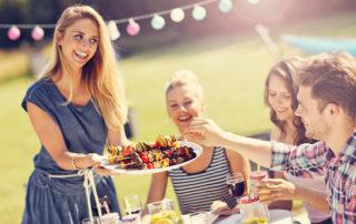 Nachbarn feiern im Garten