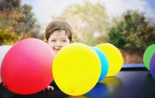 Kind mit leuchtenden Ballons
