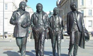 Erwecke die Beatles zum Leben – auf deiner 60er Jahre Motto Party