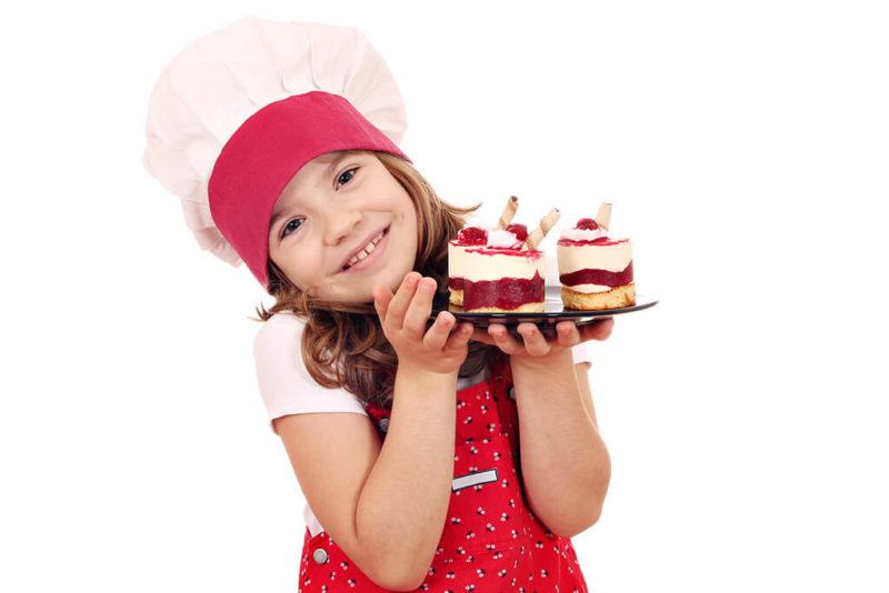 Kleines Mädchen backt Kuchen