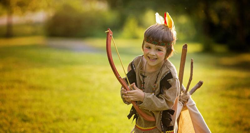 Kleiner Indianer-Junge mit Pfeil und Bogen
