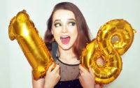 Junge Frau mit Zahlenballons 18