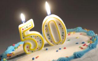 Torte mit Zahlen-Kerzen 50