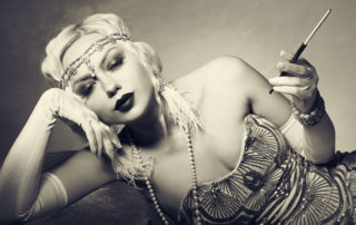 Lady der 20er jahre mit Zigarettenspitze