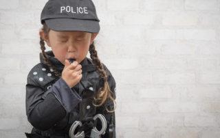 Kleines Mädchen als Polizistin verkleidet
