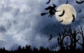 Hexe fliegt auf ihrem Besen