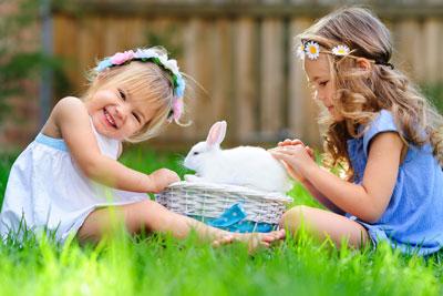 Kleine Mädchen spielen im Garten