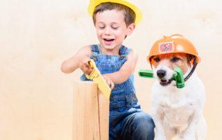 Kind und Hund als Bausarbeiter