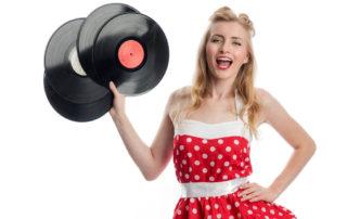 Frau mit Rockabilly-Kleid und Schallplatten