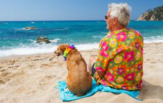 Mann und Hund am Strand von Hawaii