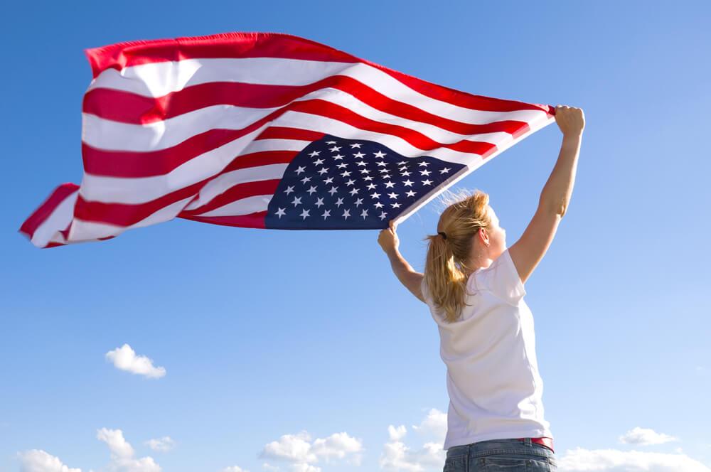 Amerikanerin mit Flagge
