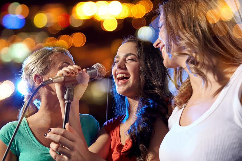 Mädchen singen Karaoke