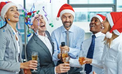 Schöne Bescherung im Büro – wie richte ich eine feuchtfröhliche Firmenweihnachtsfeier aus?
