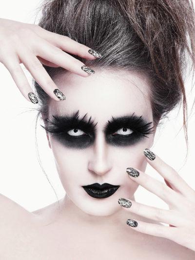 Gothic Make-Up mit weißen Kontaktlinsen