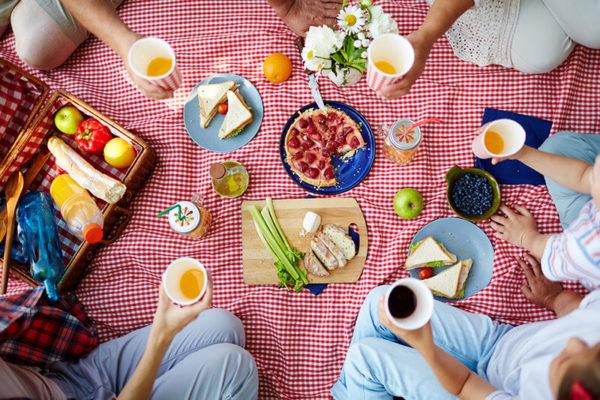Party auf dem Land mit Picknick