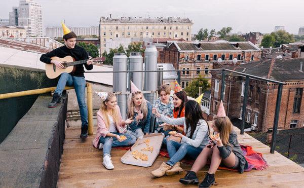 Jugendliche feiern eine Party auf einer Dachterrase