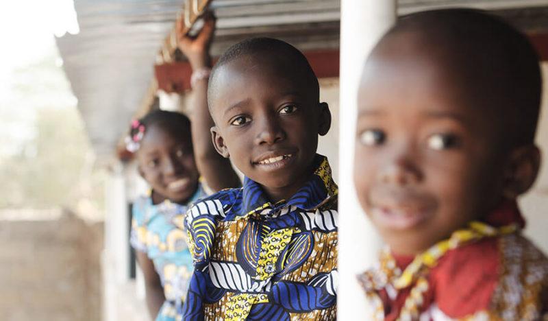 Fröhliche Kinder am Kindertag