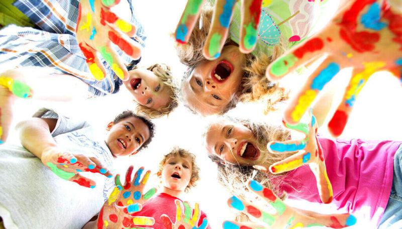 Kinder malen mit Fingerfarben am Kindertag