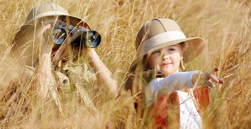 Zwei Kinder auf Safari-Tour