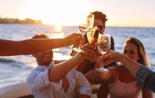 Leute feiern auf einem Boot Party