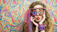 Hippie Girl der 60er Jahre mit Peace Sonnenbrille