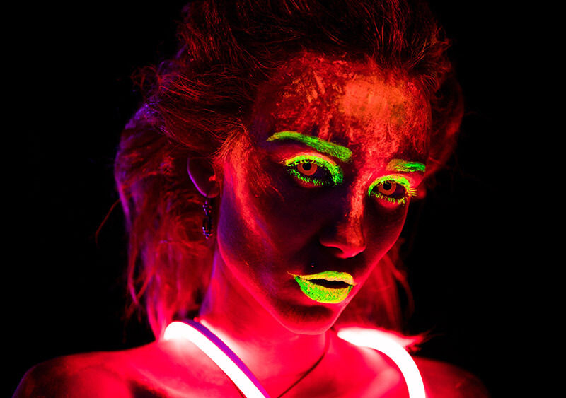 Augenlinsen in Neon-Rot