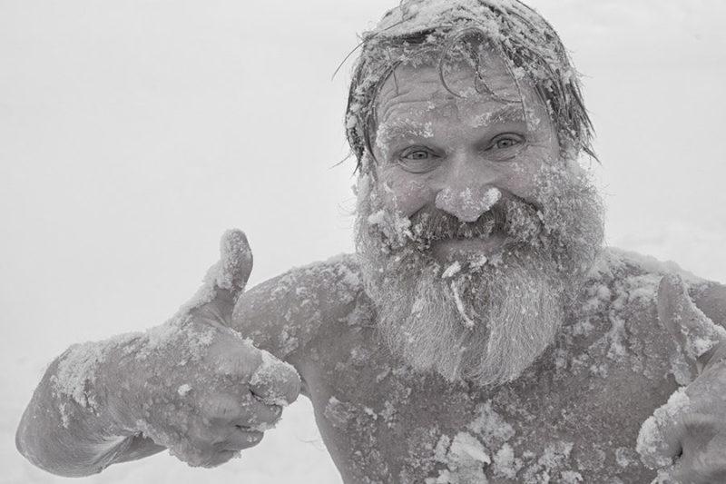 Mann hat in Schnee gebadet